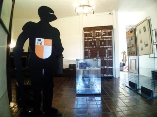 Schwarze Ritter führen durch die Kinderburg-Ausstellung.
