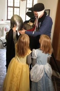 """Kleine Ritter und Prinzessinnen stürmten die Burg Posterstein zur Eröffnung der """"Kinderburg""""-Ausstellung. Unterstützung bekamen wir von der Ritterschaft von Hohenstein."""