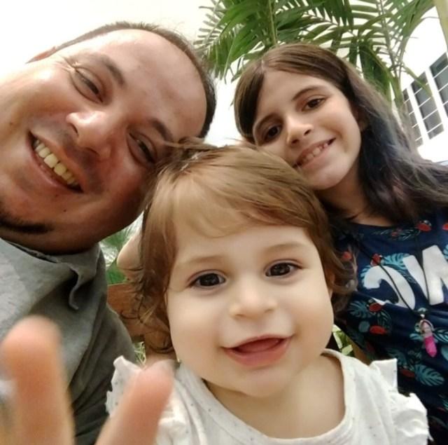 Dia dos Pais: fernando, motorista da Santa Maria Turismo, acompanhado das filhas Fernanda e Jéssica