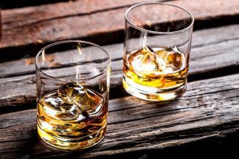 Whisky sobre a mesa