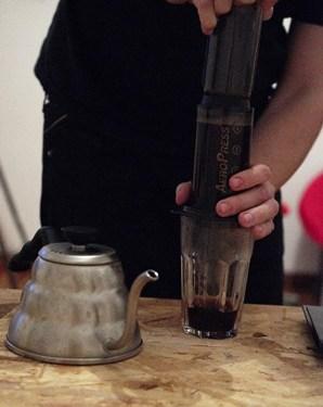 Przeciskamy kawę i pijemy!