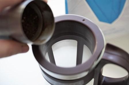 Do sitka Mizudashi Coffee Pot wsypujemy świeżo zmieloną kawę.