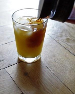 Cold brew z sokiem pomarańczowym.