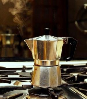 Klasyczna włoska kawiarka na kuchence gazowej.