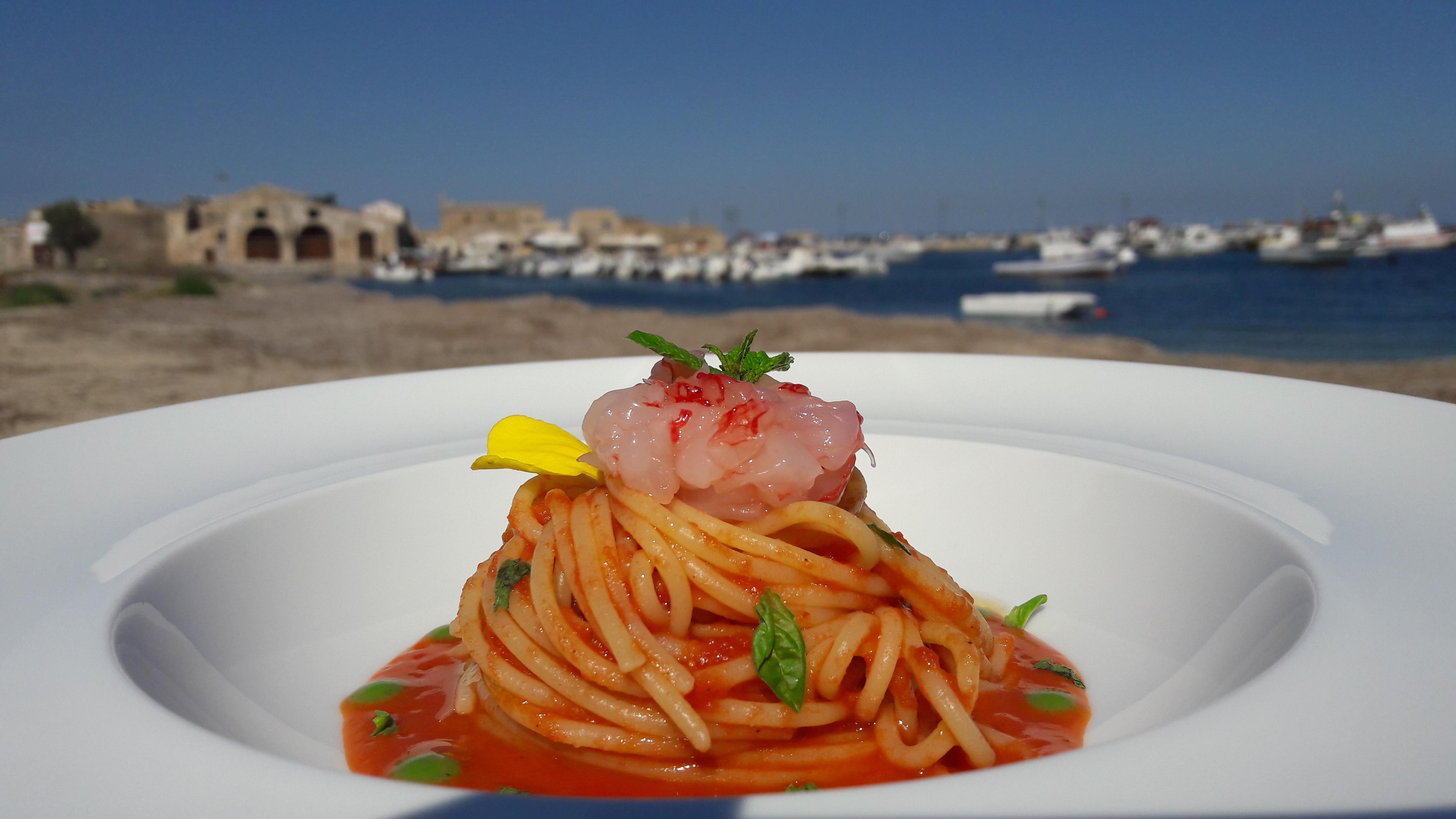 La ricetta dello Chef Campisi: un gustosissimo primo piatto. Oggi prepariamo insieme a voi gli Spaghetti con salsa di pomodoro ciliegino di Pachino IGP con tartare di gambero rosso e foglie di menta.