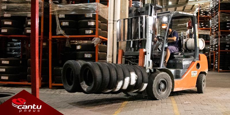 Empilhadeira transportando pneus