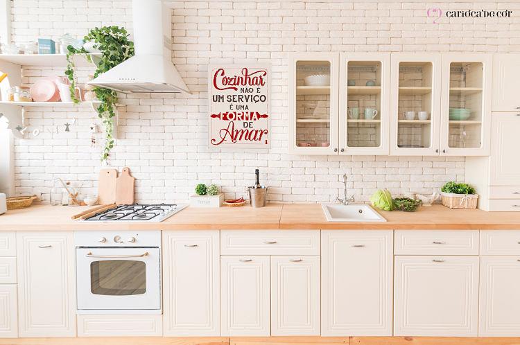 Cozinha com móveis e decoração clara