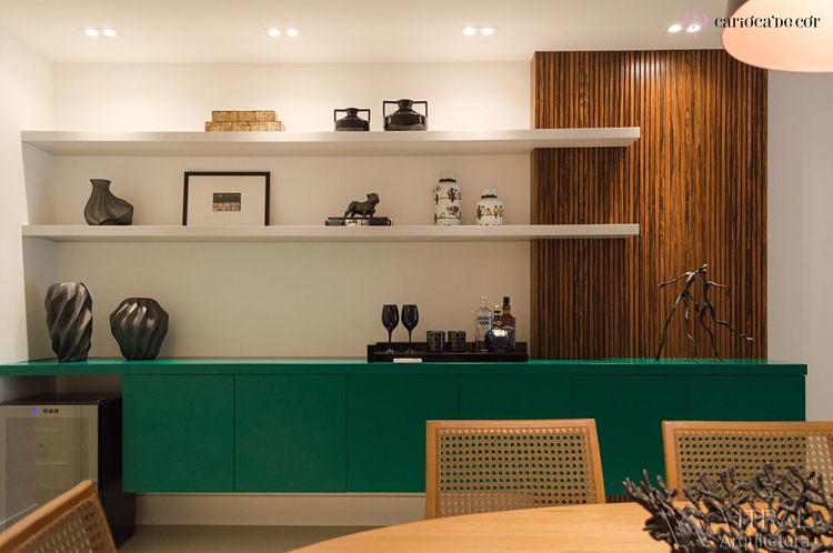 Espaço de uma sala de jantar com aparador