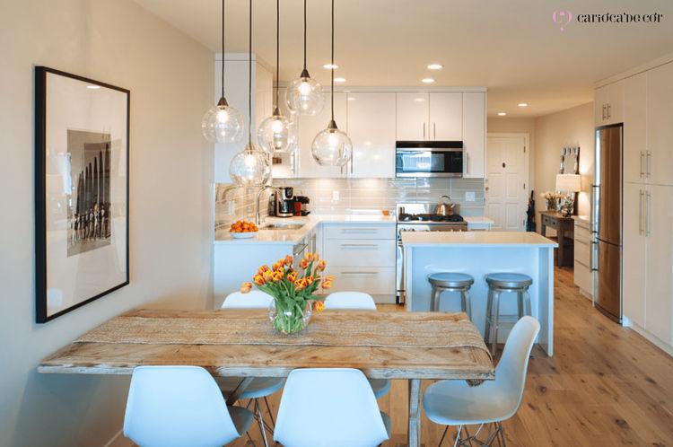 Sala de jantar com decoração clara e iluminada