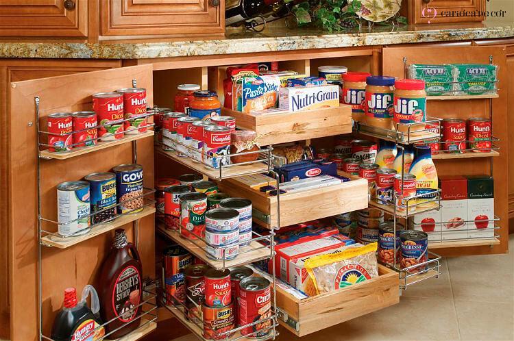 Armário aberto com alimentos