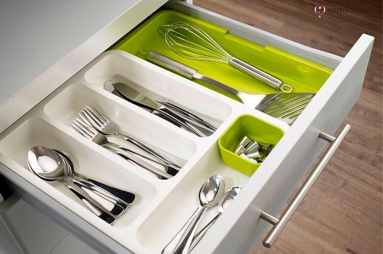 Gaveta com talheres e utensílios