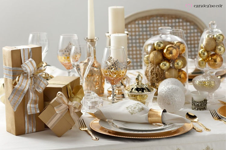 decoração com bolas de natal e cupula para réveillon