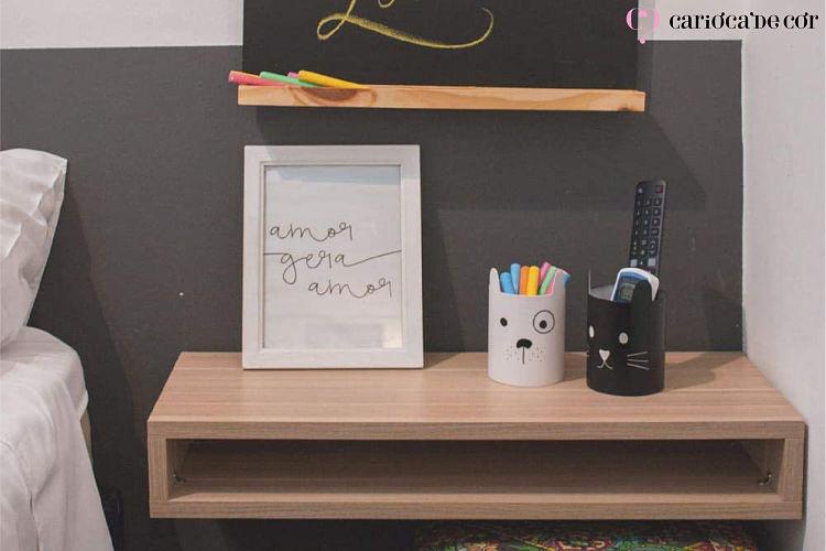 Prateleira com um quadro e duas canecas de decoração