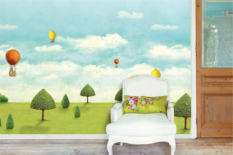 Ambiente com papel de parede com desenho de um gramado com árvores e céu com nuvens e balões