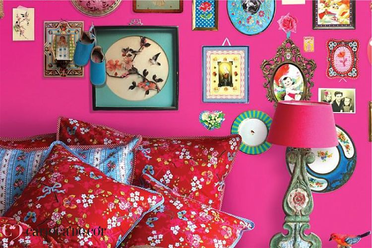 Ambiente com papel de parede pink e parede com quadros