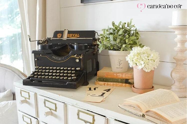 Cômoda com máquina de escrever e vasos