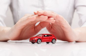 seguro para carro mãos protegendo o carro vermelho