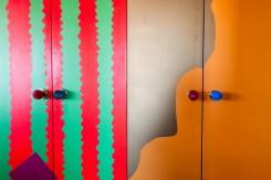 Ante di armadi decorate con colori asimmetrici e pomelli tutti diversi ed originali, realizzate da Apryl Miller