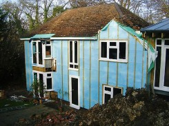 La villa di High Wycombe rivestita con i pannelli durante la ristrutturazione