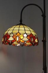 Un esempio moderno di lampada da terra in stile liberty con cappello in vetro colorato, motivo floreale