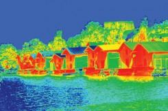 Un'immagine in termografia evidenzia la dispersione di calore di casette che affacciano sul lago