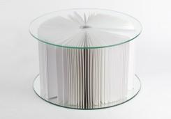 un tavolo realizzato con due dischi di vetro e pagine di carta