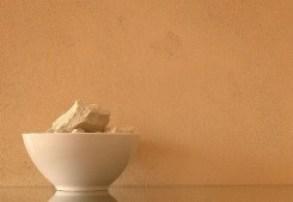 ristrutturazione ecologica con materiali naturali: parete intonacata con argilla cruda