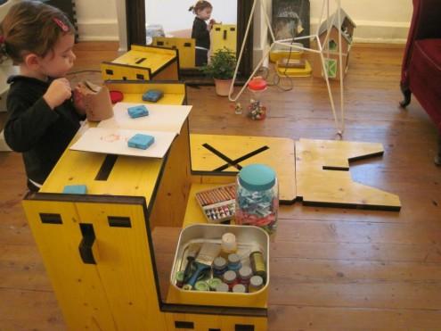 Una bambina gioca nella sua cameretta, realizzata con mobili Muzzle