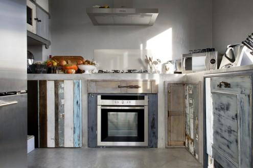 Una realizzazione di La Quercia 21: cucina in muratura con legni di recupero