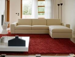 Nuovo divano bianco in appartamento ristrutturato