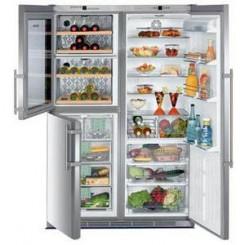 immagine di frigorifero con congelatore aperti