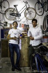 I fratelli Andreoli: Fabio il meccanico (a sinistra) e Claudio l'artista (a destra); i due sono in piedi davanti al bancone, circondati da biciclette e attrezzi da meccanico Foto di Sebastiano Luciano