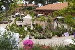 gli stend nel giardino con piante e fiori