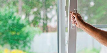 aprire la finestra per eliminare la muffa dalle pareti di casa