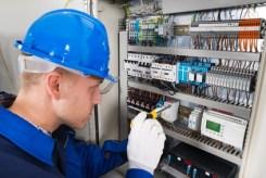 un aiuto in casa-elettricista davanti al quadro elettrico