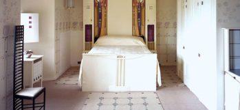 Ladder Back Chair Art Nouveau nella camera da letto della Hill House di Mackintosh
