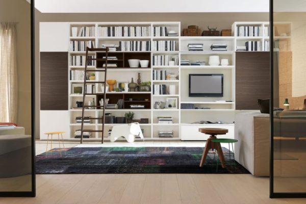 libreria in soggiorno con libri e TV