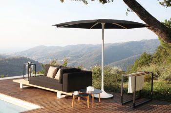 Arredare terrazzo e giardino con mobili di design come l'ombrellone PALMA prodotto da Royal Botania