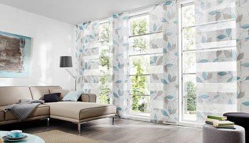 Come scegliere le tende giuste in salotto. Tendaggi a pannello trasparenti con disegno di foglie grigio e celeste