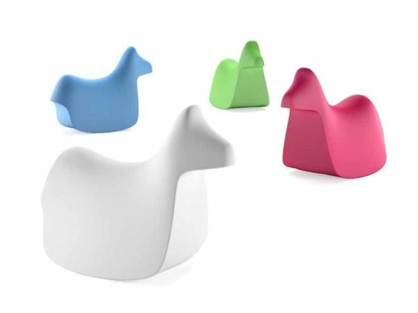 Cavallo a dondolo Pony nei colori azzurro, bianco, verde, fuxia