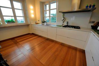 come pulire il parquet in modo naturale FOTO una cucina con pavimento in parquet
