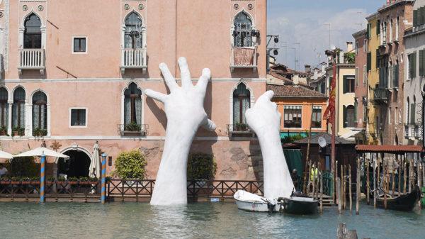 Biennale Architettura Venezia 2018 FOTO installazione Support di Lorenzo Quinn