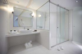 rivestimenti in resina: Rivestimento bagno in resina Elekta