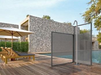 doccia per esterni bordo piscina con 2 pannelli di vetro Unica di Vismaravetro