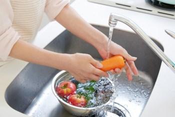 evitare sprechi di acqua in casa come lavare le verdure