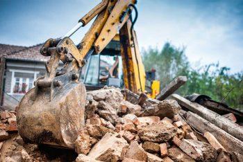 sismabonus per interventi demolizione ricostruzione: escavatore rimuove macerie