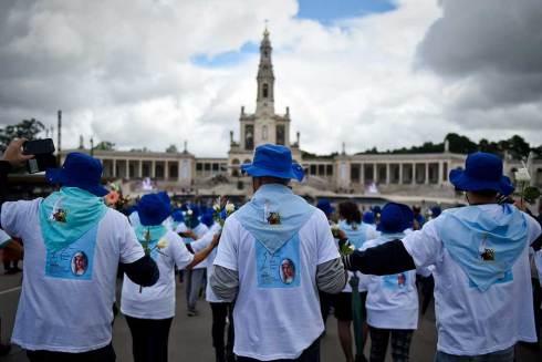 Des pèlerins devant Notre-Dame de Fatima
