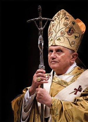 Benoît XVI avec le Bâton pastoral de Scorzelli