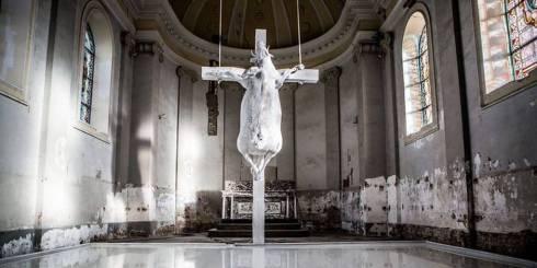 Blasphème et art dégénéré : une vache crucifiée dans une église !
