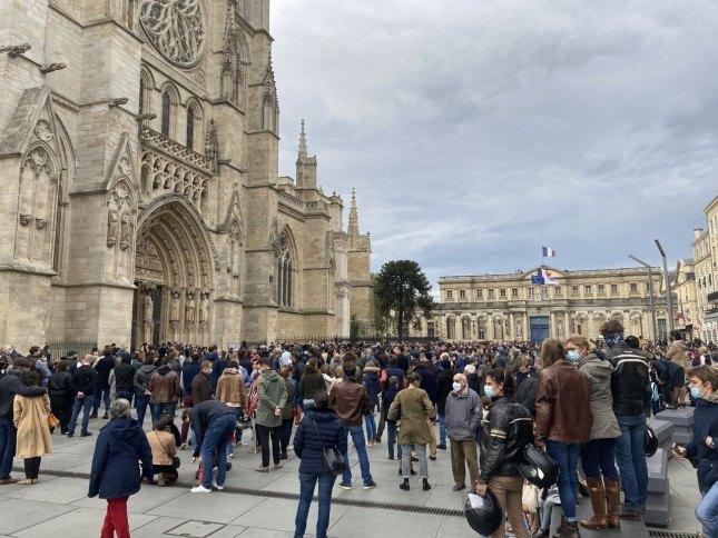 Catholiques rassemblés devant l'entrée de la cathédrale de Bordeaux